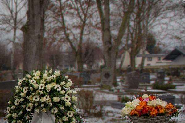 Friedhof und Gräber im Winter